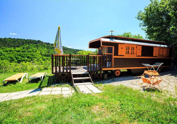 A romantic horse-drawn trailer weekend in Luberon